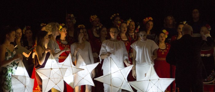 2 Dancers use the lanterns in the Horov Sklad finale s